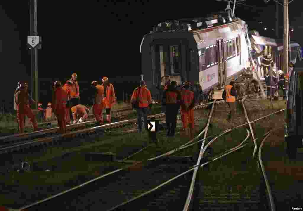 Inspektori švajcarske federalne železnice na mestu sudara dva voza. 29. juli, 2013.