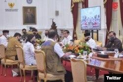 "Senin (13/7), Presiden @jokowi dan @wapres_ri @Kiyai_MarufAmin memimpin #RapatTerbatas mengenai ""Percepatan Penanganan Dampak Pandemik Covid-19"", di Istana Merdeka, Jakarta. Menteri Sekretaris Negara Pratikno dan Sekretaris Kabinet @pramonoanung"