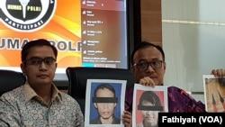 Kepala Biro Penerangan Masyarakat Kepolisian Republik Indonesia Birgadir Jenderal Dedi Prasetyo (tengah) dalam jumpa pers di kantornya di Jakarta, Jumat (11/10) terkait motif pelaku penusukan terhadap Menkopolhukam Wiranto.