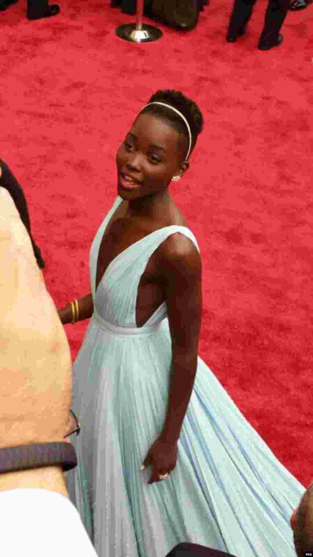 Lupita Nyong'o di red carpet Academy Awards ke-86, Dolby Theater, Los Angeles, California, 2 Maret 2014.