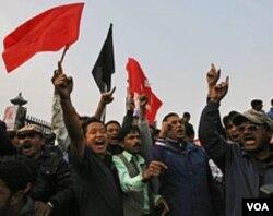 Pendukung faksi radikal Mohan Baidya memrotes kesepakatan yang dinilai merugikan kebanyakan bekas pejuang Maois tersebut (2/11).