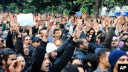 6일 튀니지 야당 지도자 초크리 벨라이드 암살에 항의하는 시위대.