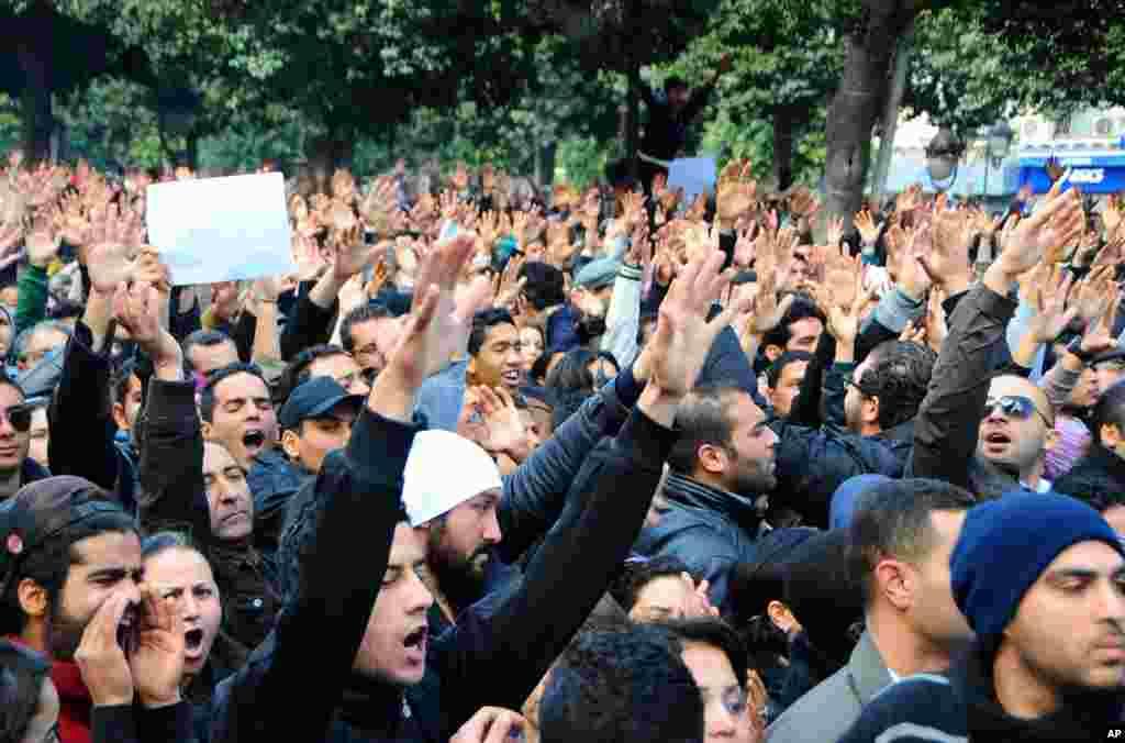 6일 튀니지 야권 지도자 초크리 벨라이드가 자택 앞에서 괴한의 총에 맞아 사망한 가운데, 자택 앞에서 벨라이드의 죽음에 항의하는 시위대.