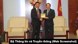 Bộ trưởng Trương Minh Tuấn (phải) tiếp Giám đốc chính sách và nhóm pháp lý khu vực châu Á-Thái Bình Dương Damian Yeo của Facebook tại Hà Nội ngày 11/1/2018.