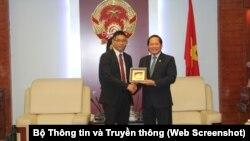 Bộ trưởng Trương Minh Tuấn và Giám đốc chính sách và nhóm pháp lý khu vực châu Á-Thái Bình Dương Damian Yeo của Facebook.