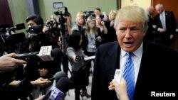 参加美国总统竞选的共和党参选人川普回答记者问题(2015年12月5日)