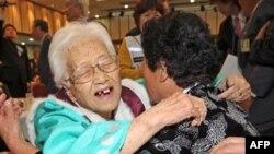 Cụ bà Kim Rye-jung, 96 (trái) ở Nam Triều Tiên ôm con gái ở miền Bắc Jung Woo trong cuộc đoàn tụ đầy xúc động trong 3 ngày tại Núi Kumgang ở bờ biển đông nam của Bắc Triều Tiên, ngày 30/10/2010