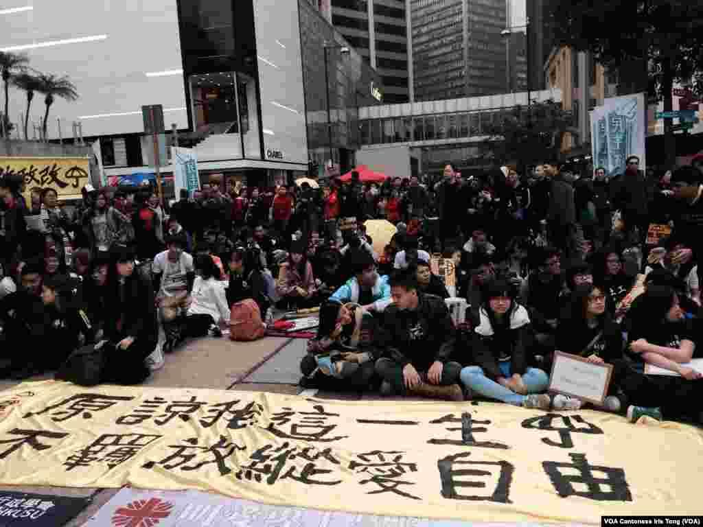 لگ بھگ 12,000 مظاہرین نے شہر کے اقتصادی مرکز میں مظاہرہ کیا۔