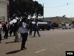 Amapholisa abekhangele okwenziwa nguzulu phandle kwedale leHigh Court