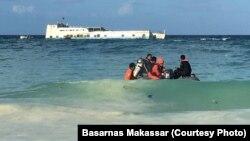 Tim Penyelam dari Basarnas dan TNI/Polri menuju ke lokasi kapal KM Lestari Maju yang kandas di perairan Selayar, Sulawesi Selatan (Courtesy: Basarnas Makassar)