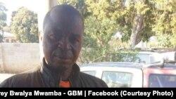Le vice-président du Parti uni pour le développement national (UPND), Geoffrey Mwamba, brandit des gaz lacrymogènes qu'il accuse la police d'avoir lancés à son domicile, où se trouvaient son épouse, ses enfants et ses petits-enfants, à Kasama (nord),