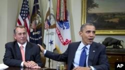 ທ່ານ John Boehner ປະທານສະພາຕໍ່າ ຈາກພັກຣິພັບບລິກັນ ກັບ ປະທານາທິບໍດີ Barack Obama