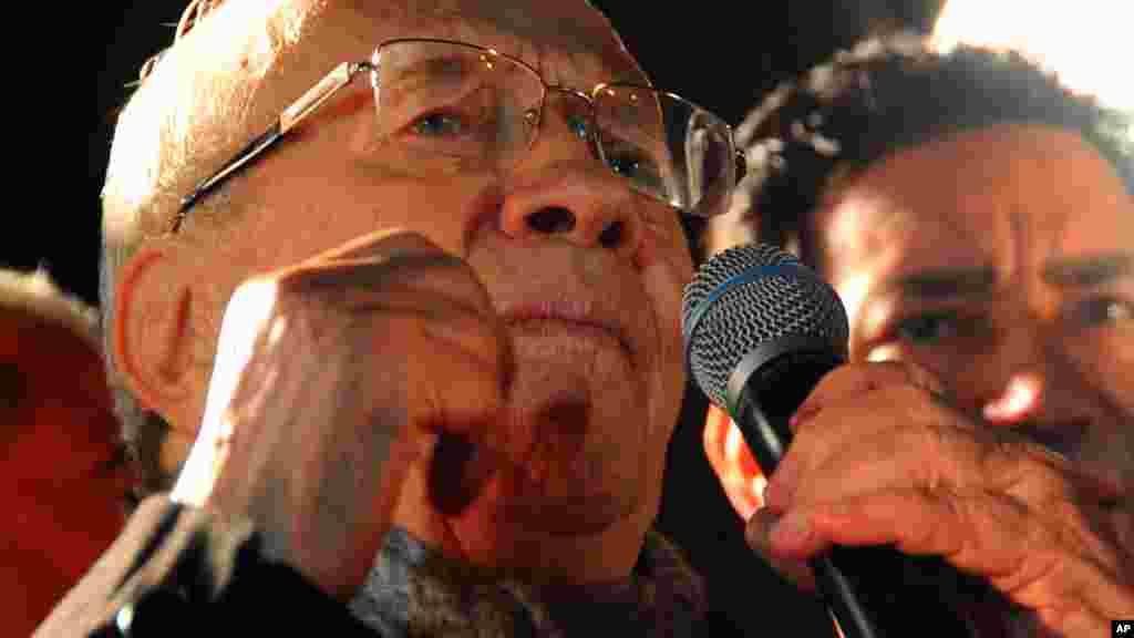 Dan takarar shugaban kasa Baji Caid Essebsi yana jefa tashi kuri'ar, Disamba 21, 2014.