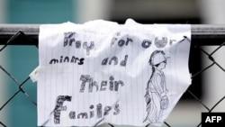 Những hàng chữ viết bằng tay treo trên hàng rào kêu gọi cầu nguyện cho các thợ mỏ và gia đình của họ hôm 8 tháng 4 năm 2010 tại Dorothy, West Virginia