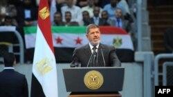Misr prezidenti Muhammad Mursiy Qohirada tarafdorlari oldida nutq so'zlamoqda, 15-iyun, 2013-yil