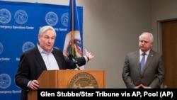 Майкл Остенгольм (ліворуч) є директором Центру з інфекційних хвороб та стратегій при університеті Міннесоти