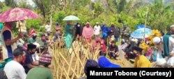 Suasana duka saat keluarga dan warga menghadiri pemakaman jenazah almarhum Firman, 17 tahun, di pekuburan umum Maros, dusun Sipatuo, desa Kilo, Poso Pesisir Utara, 3 Juni 2020. (Foto: Mansur Tobone/pribadi)