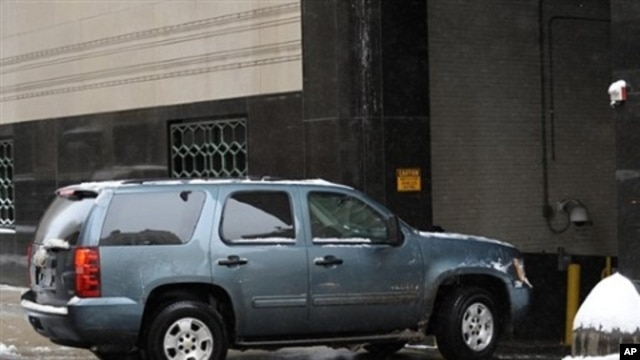 A vehicle enters the garage at Federal Courthouse in Detroit before a hearing for Nigerian bombing suspect Umar Farouk Abdulmutallab, 08 Jan 2010