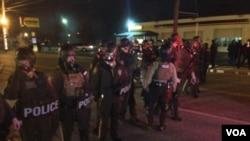 在大陪审团决定不起诉枪杀没带武器的黑人青年的白人警察后,警察在街头戒备(2014年11月24日)