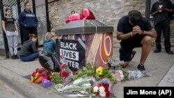 معترضان به اقدام پلیس در مینیاپولیس در محل بازداشت منجر به مرگ مرد سیاهپوست به یاد او گل گذاشتند.
