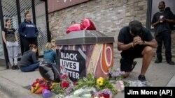 Mesto gde je, nakon policijske interevencije, preminuo Džordž Flojd