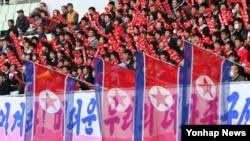 '이겨라'<YONHAP NO-2568>4일 일본 오사카 얀마 스타디움에서 열린 2016 리우올림픽 여자축구 아시아지역 최종예선 북한과 베트남의 경기에서 북한 응원단이 열띤 응원전을 펼치고 있다. (자료사진)