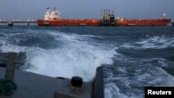 Un barco petrolero de PDVSA es cargado en Anzoategui, en esta foto de archivo tomada en 2015. Para Venezuela, las exportaciones de petróleo hacia Estados Unidos siguen siendo vitales.