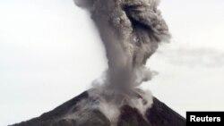 18일 인도네시아의 수마트라 북부에 위치한 시나붕 화산이 강력한 분출을 일으켰다.