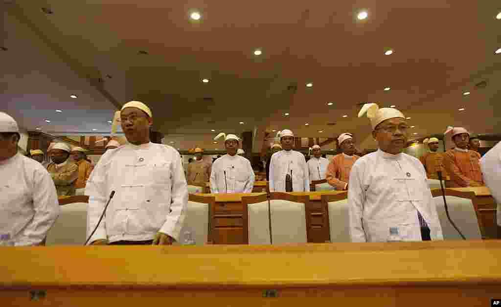图为2012年4月30日位于缅甸首都内比都的议会中空出的中间座位为昂山素季的席位。