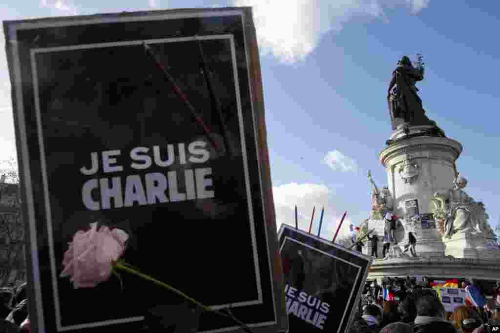 Para pemrotes berkumpul dengan membawa poster bertuliskan 'I Am Charlie' di kawasan Republique Square, Paris (11/1).