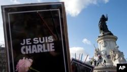 """2015年1月11日法国巴黎共和广场抗议者举着""""我是查理""""的标牌"""