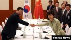 7일 발리 아요디아호텔에서 열린 한국-중국 정상회담에서 박근혜 한국 대통령(오른쪽)과 시진핑 중국 국가주석이 회담에 앞서 악수하고 있다.