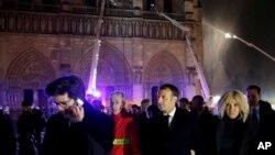 에마뉘엘 마크롱 프랑스 대통령이 15일 파리 노트르담 대성당 화재 현장을 방문했다.