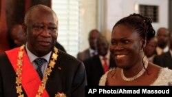 En compagnie de son épouse Simone, Laurent Gbagbo, président sortant ivoirien contestant les résultats officiels de la Commission électorale qui donnent son rival Alassane Ouattarra vainqueur, reçoit les hommages des fonctionnaires et de ses partisans lor