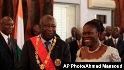 Simone et Laurent Gbagbo, ancien président ivoirien lors d'une cérémonie de prestation controversée après la présidentielle de 2010.