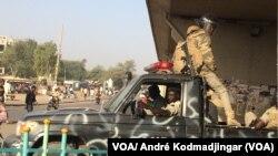 La police patrouille dans les rues de N'Djamena, Tchad, le 2 février 2018. (VOA/ André Kodmadjingar)