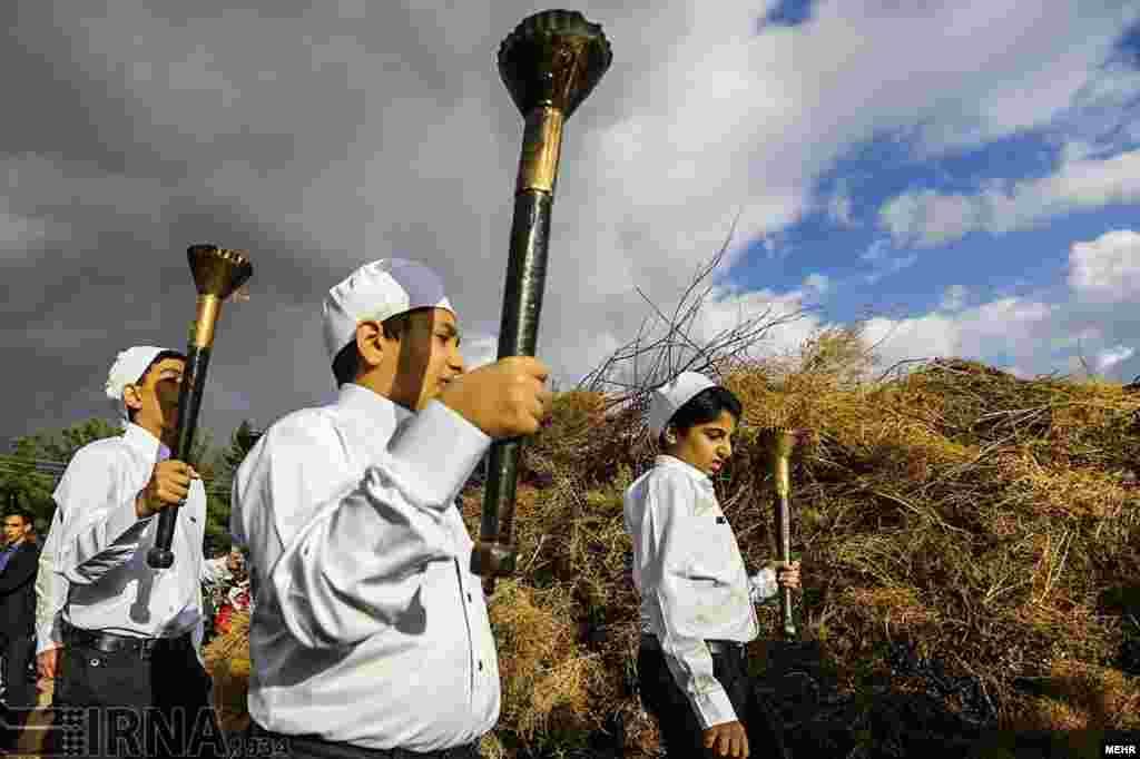 جشن سده زرتشتیان در کرمان زرتشتیان آتش بر می افروزند و به نیایش خوانی و سرودخوانی و پایکوبی میپردازند. عکس: محمد مهیمنی