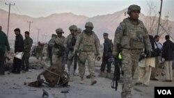 Soldados de Estados Unidos durante una operación de patrullaje tras la explosión de un automóvil en Kabul.