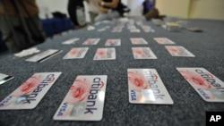 Hàng trăm thẻ tín dụng giả bị cảnh sát tịch thu.