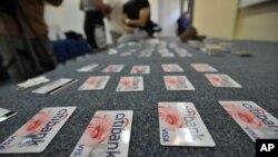 신용카드 사기에 사용된 카드들. (자료사진)