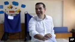 알렉시스 치프라스 그리스 총리가 7일 투표소에서 투표를 하고 있다.