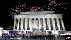 Fuegos artificiales iluminaron el Monumento a Lincoln en Washington, al finalizar el concierto en honor de Donald Trump en la víspera de su investidura presidencial.