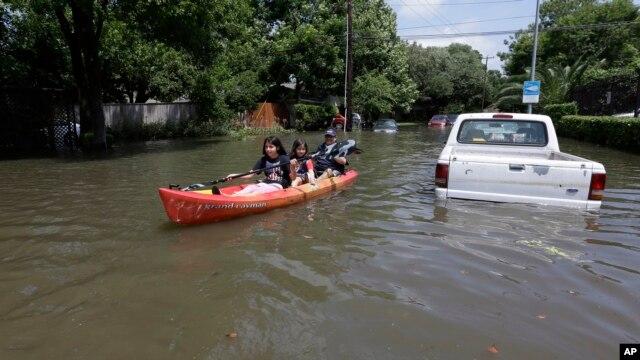 Cuatro de los muertos fueron reportados en la ciudad de Houston, donde cayeron 30 centímetros de lluvia en seis horas