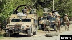 지난 8월말 쿤두즈 외곽지역에서 전투를 준비하고 있는 아프가니스탄 보안군 병사들. (자료사진)