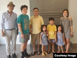 Ông Côi Đinh (trái) và gia đình của bà Uyên Tô từ New Orleans sang Houston, Texas, tránh bão Ida. Ảnh do ông Côi Đinh cung cấp cho VOA.