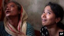 Bangladeshda yaqinlari to'fon ostida qolib o'lgan onalar