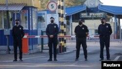 執法人員在邊境檢查站站崗。 (2020年9月15日)