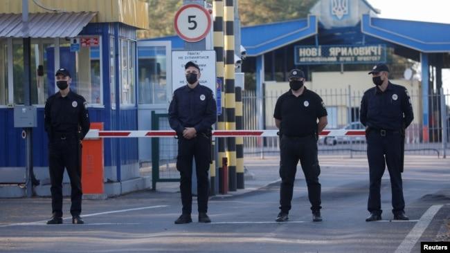 执法人员在边境检查站站岗。(2020年9月15日)