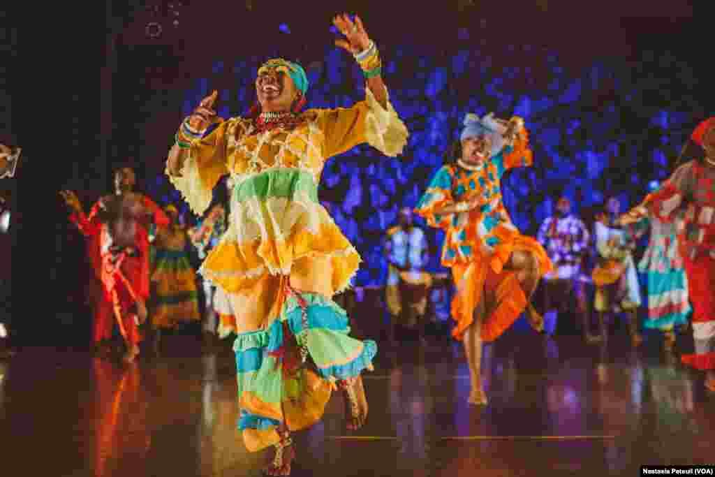 Les danseurs de KanKouran West African Danse Company sur scène, à Washington D.C., le 5 juin 2017. (VOA/Nastasia Peteuil)