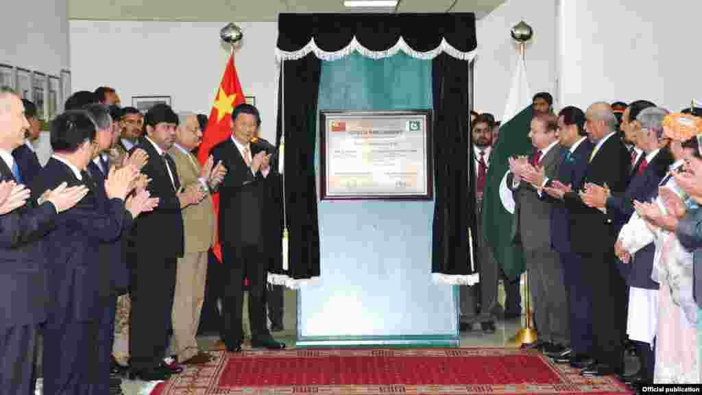 صدر شی اور وزیر اعظم نواز شریف نے سولر پاور سسٹم کا افتتاح بھی کیا۔